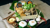 Ayam Pinggir Jalan Spesial Cocolan Kuah Opor dan Aneka Sambal Pedas. foto:istimewa