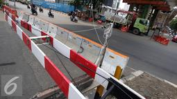 Perlintasan kereta api Permata Hijau-Patal Senayan yang ditutup, Jakarta, Selasa (3/11). Penutupan dilakukan karena adanya pekerjaan jalur atas fly over yang nantinya juga akan dilakukan secara permanen. (Liputan6.com/Immanuel Antonius)