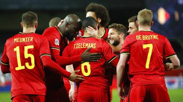 Para pemain Belgia merayakan gol yang dicetak oleh Youri Tielemans ke gawang Inggris pada laga UEFA Nations League di Stadion King Power, Senin (16/11/2020). Belgia menang dengan skor 2-0. (AP/Francisco Seco)