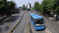 Bus Transjakarta melintas di kawasan Warung Jati, Jakarta, Minggu (12/6) Pemprov DKI Jakarta akan melakukan sterilisasi jalur Transjakarta mulai Senin nanti (13/6) dan hanya membolehkan 3 jenis kendaraan. (Liputan6.com/Helmi Afandi)