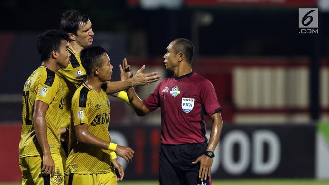 Pemain Bhayangkara FC melakukan protes ke wasit Oki Dwi Putra Senjaya saat melawan Perseru pada lanjutan Go-Jek Liga 1 Indonesia 2018 bersama Bukalapak di Stadion PTIK, Jakarta, Rabu (12/9). Bhayangkara FC unggul 1-0. (Liputan6.com/Helmi Fithriansyah)#source%3Dgooglier%2Ecom#https%3A%2F%2Fgooglier%2Ecom%2Fpage%2F%2F10000