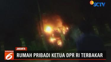 Diduga api dipicu hubungan pendek arus listrik di ruangan fitnes. Saat kejadian, Bambang Seosatyo diketahui tidak berada di rumah.