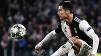Penyerang Juventus, Cristiano Ronaldo mengontrol bola selama pertandingan melawan Lokomotiv Moscow di grup D Liga Champions di Stadion Allianz, Turin, Italia (22/10/2019).  Juventus menang tipis atas Lokomotiv Moscow 2-1. (Marco Bertorello/AFP)