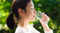 Cegah Stres dengan Rutin Minum Air Putih (TinnaPong/Shutterstock)