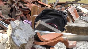 4 ruang kelas SDN 3 Bangodua Kabupaten Indramayu Jawa Barat ambruk saat proses belajar mengajar, Polisi masih menyelidiki penyebab ambruknya