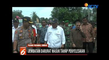 Menteri PUPR Basuki Hadimuljono, meninjau pembangunan jembatan darurat di Padang Pariaman, Sumatra Barat. Pengerjaan jembatan darurat sudah masuk tahapan penyelesaian.