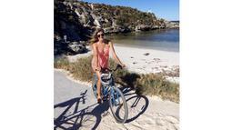Petenis asal Kanada, Eugenie Bouchard, menikmati liburan dengan bersepeda di pantai. (Photo/Instagram)