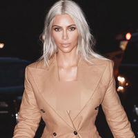 Popularitas Kim berawal dari video seksnya bersama Ray J tersebar pada tahun 2007 silam. Di tahun itu juga ia masih berteman baik dengan Paris Hilton, dan ia juga seringkali cocok disebut sebagai asisten seorang sosialita. (Instagram/kimkardashian)