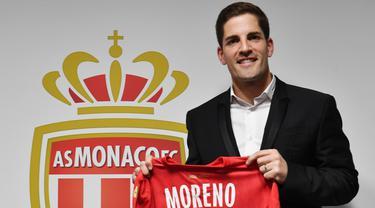 Pelatih baru AS Monaco, Robert Moreno berpose menunjukkan jersey setelah konferensi pers di Stadion Louis II, Senin (30/12/2019). AS Monaco menunjuk mantan pelatih Timnas Spanyol, Robert Moreno  sebagai pelatih baru kontestan Ligue 1 Prancis itu menggantikan Leonardo Jardim. (YANN COATSALIOU / AFP)