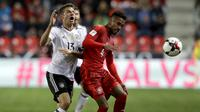 Thomas Müller (kiri) saat melawan Republik Ceska pada laga grup C kualifikasi Piala Dunia 2018 di Prague, Republik Ceska, (1/9/2017). Muller mengoleksi lima gol dan berada pada peringkat kedelapan top scorer. (AP/Petr David Josek)