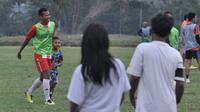 Bek Persik, Munhar ikut fun game di Malang. (Bola.com/Iwan Setiawan)
