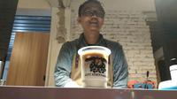 Ada makna kebersamaan dalam setiap tegukan kopi racikan barista Kopi Kebersamaan di Cirebon. Foto (Liputan6.com / Panji Prayitno)