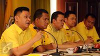 Fungsionaris GMPG, Ace Hasan Sadzily (kiri) memberi keterangan di Jakarta, Jumat (29/1/2016). GMPG meminta tim transisi untuk tetap mengawal proses rekonsiliasi mulai dari pembentukan panitia hingga Munas partai Golkar. (Liputan6.com/Helmi Fithriansyah)