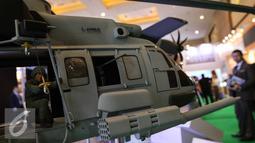 Sebuah miniatur Helikopter saat pameran Indo Defence 2016 Expo & Forum di JIExpo Kemayoran, Jakarta, Rabu (2/11). Sebanyak 45 negara mempromosikan peralatan sektor pertahanan dan keamanan internasional. (Liputan6.com/Faizal Fanani)