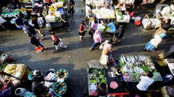 Suasana pasar ketika warga ibukota belanja kebutuhan di Pasar Kebayoran Lama, Jakarta, Rabu (22/4/2020). Harga sejumlah kebutuhan pokok pokok merangkak naik menjelang bulanRamadan 2020 mulai dari cabe rawit, telur, daging ayam, minyak goreng, bawang hingga daging sapi. (Liputan6.com/Fery Pradolo)