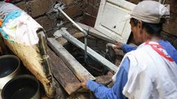 Warga mengecek sumur di sekitar pembangunan proyek jalan tol Depok-Antasari di Limo, Depok, Rabu (19/6/2019). Adanya proyek itu diduga menjadi penyebab dua RT mengalami kekeringan sejak dua bulan terakhir, meskipun kejadian serupa belum pernah terjadi sebelumnya. (Liputan6.com/Immanuel Antonius)