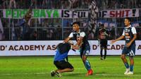 Salah seorang Aremania memasuki lapangan saat laga Arema vs Persebaya di Stadion Kanjuruhan, Malang (6/10/2018), berakhir. (Bola.com/Iwan Setiawan)