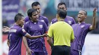 Para pemain Persita Tangerang memprotes wasit saat melawan Kalteng Putra pada laga Liga 2 di Stadion Pakansari, Jawa Barat, Selasa (4/12). Kalteng menang 2-0 atas Persita. (Bola.com/M. Iqbal Ichsan)