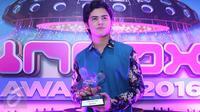 Aliando Syarief memegang trofi penghargaan Fanbase Paling Inbox dalam penghargaan Inbox Awards 2016 di Studio 6 Emtek City, Jakarta, Rabu (19/10). Alicious berhasil mengalahkan fanbase artis idola lainnya. (Liputan6.com/Immanuel Antonius)