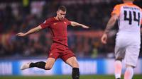 AS Roma menegaskan tak akan menjual Edin Dzeko ke Chelsea. (Filippo MONTEFORTE / AFP)