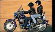 Tampil keren saat naik sepeda motor. (buckfirelaw.com)