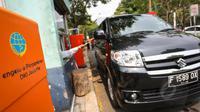 Pengendara mobil saat membayar parkir di kawasan IRTI Monas, Jakarta, Selasa (26/5/2015). UPT Parkir Dinas Perhubungan dan Transportasi DKI Jakarta akan meningkatkan Pendapatan Asli Daerah (PAD) dari retribusi parkir. (Liputan6.com/Faizal Fanani)