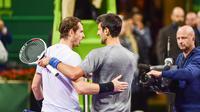 Petenis Serbia, Novak Djokovic dan petenis Skotlandia, Andy Murray saling berangkulan usai final turnamen Qatar Terbuka di Doha, Sabtu (7/1). Djokovic berhasil meraih gelar Qatar Open 2017 dengan skor 6-3, 5-7, 6-4. (AP Photo/Alexandra Panagiotidou)