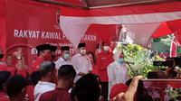 Tri Rismaharini memberikan sambutan sebelum mengantarkan pasangan Eri-Armuji mendaftar Pilkada Surabaya.(Liputan6.com/ Dian Kurniawan)