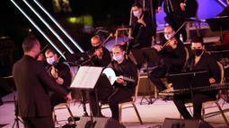 Sejumlah musisi tampil dalam konser di Gedung Opera Kairo, Mesir, Kamis (9/7/2020). Gedung Opera Kairo kembali dibuka dengan menerapkan langkah-langkah anti-COVID-19 yang ketat. (Xinhua/Ahmed Gomaa)
