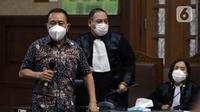 Terdakwa suap pengurusan fatwa MA serta penghapusan nama terpidana pengalihan hak tagih Bank Bali dari daftar red notice Polri, Djoko S Tjandra (kiri) saat sidang tuntutan di Pengadilan Tipikor Jakarta, Kamis (4/3/2021). Djoko Tjandra dituntut 4 tahun penjara. (Liputan6.com/Helmi Fithriansyah)