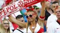 Fan Polandia saat menyaksikan timnya berlaga di Stade Velodrome, Marseille (30/6/2016). Perhelatan Piala Eropa 2016 mencatat rekor interaksi supporter melalui dunia maya.  (Reuters/Kai Pfaffenbach)