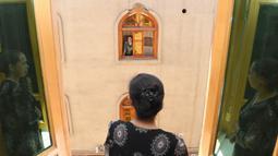 """Para penghuni saling berbincang di Gezixiang atau """"Dove Lane"""", sebuah area wisata di kota tua Tuancheng, Kota Hotan, Daerah Otonom Uighur Xinjiang, China barat laut (27/6/2020). (Xinhua/Sadat)"""