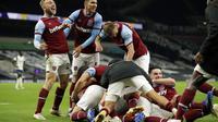 Para pemain West Ham merayakan gol yang dicetak Manuel Lanzini ke gawang Tottenham Hotspur. (AP photo/Matt Dunham, Pool)