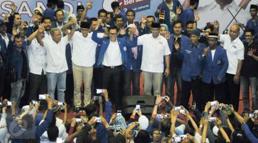 Cagub-Cawagub DKI Jakarta, Anies-Sandi bersama Ketua DPW PAN, Eko Hendro Purnomo saat deklarasi di GOR Jakarta Utara, Sabtu (18/3). DPW PAN DKI Jakarta deklarasikan dukungan untuk Anies-Sandi sebagai Cagub-Cawagub DKI Jakarta. (Liputan6.com/Yoppy Renato)