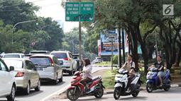 Pengendara sepeda motor melawan arus untuk memutar balik di kawasan Cilandak, Jakarta, Kamis (31/1). Selain melanggar hukum, perilaku buruk pemotor berpotensi membahayakan keselamatan diri sendiri serta pengendara lain. (Liputan6.com/Immanuel Antonius)