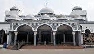 Petugas merenovasi masjid Al-Mabrur Asrama Haji Pondok Gede, Jakarta, Kamis (4/7/2019). Panitia Penyelenggara Ibadah Haji (PPIH) embarkasi Jakarta - Pondok Gede siap menyambut jemaah haji kloter pertama DKI Jakarta yang dijadwalkan tiba pada Sabtu (6/7). (merdeka.com/Iqbal S Nugroho)