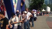 Antrean pengunjung yang ingin membeli merchandise resmi Asian Games 2018 di super store mencapai lebih dari 30 meter. (Bola.com/Benediktus Gerendo Pradigdo)