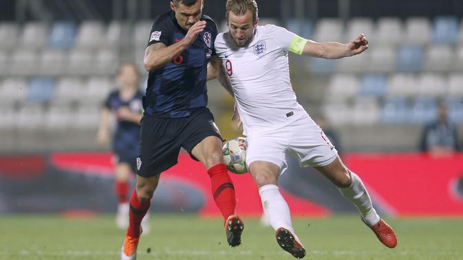 Striker timnas Inggris, Harry Kane, berduel dengan bek tengah Kroasia, Dejan Lovren, di Stadion HNK Rijeka  (AP Photo/Darko Bandic)