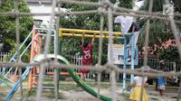 Anak-anak bermain di RPTRA Taman Kenanga, Jakarta, Selasa (28/9). Di mana taman tersebut akan dibangun di Jakarta Utara, Barat dan Pusat. Di mana empat RPTRA di Jakpus, lima di Jakut, dan dua di Jakarta Barat. (Liputan6.com/Faizal Fanani)