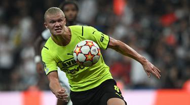 Dortmund sukses memetik kemenangan di matchday pertaman Liga Cahmpions 2021/2022 kala bertamu ke markas Besiktas. Salah satu gol kemenangan Dortmund dicetak oleh Haaland. (Foto: AFP/Ozan Kose)