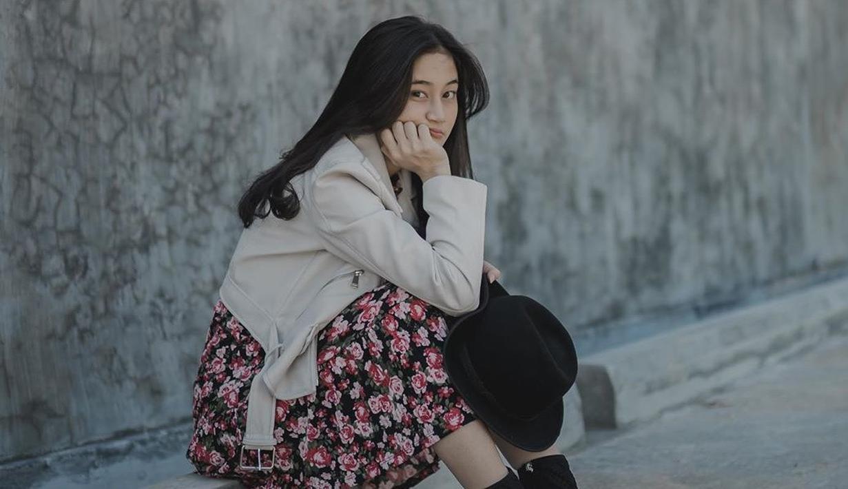 Penyanyi asal Malang ini memang sering kali tampil santai, namun tetap anggun. Menggunakan pakaian dengan corak bunga berwarna merah, dan jaket berwarna krem membuatnya terlihat menawan. Rambutnya yang lurus melengkapi penampilan anggunnya. (Liputan6.com/IG/@keisyalevronka)