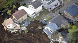 Sejumlah rumah terlihat hancur setelah gempa bumi menghantam kota Minamiaso, Prefektur Kumamoto, Jepang selatan, Sabtu (16/4). Gempa 6,4 SR itu juga mengakibatkan lebih dari 20 bangunan rumah hancur dan kebakaran di Prefektur Kumamoto. (REUTERS/Kyodo)