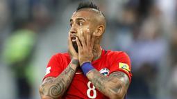 1. Arturo Vidal (Cile) -  Arturo Vidal berhasil membawa Cile lolos ke final Piala Konfederasi 2017. Hanya menyarangkan 1 gol di ajang tersebut membuat gelandang  Bayern Munchen ini dinilai belum bermain maksimal seperti biasanya. (EPA/Yuri Kochetkov)