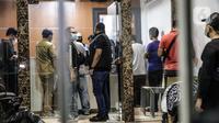 Polisi melakukan penggeledahan di lokasi bekas Sekretariat Markas Front Pembela Islam di Petamburan, Jakarta, Selasa (27/4/2021).  Berdasarkan keterangan polisi, Munarman diduga menggerakkan orang lain untuk melakukan tindak pidana terorisme. (Liputan6.com/Faizal Fanani)