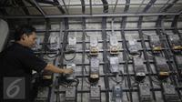 Petugas tengah patroli di dalam ruang panel listrik di Rusun Benhil, Jakarta, Kamis (5/11/2015). Pemerintah akan tetap memberikan subsidi listrik kepada pelanggan 450 Volt Ampere (VA). (Liputan6.com/Angga Yuniar)