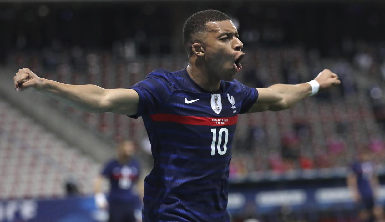 Striker Prancis, Kylian Mbappe melakukan selebrasi usai mencetak gol pertama timnya ke gawang Wales dalam laga uji coba menjelang berlangsungnya Euro 2020 di Allianz Riviera Stadium, Nice, Rabu (2/6/2021). Prancis menang 3-0 atas Wales. (AP/Daniel Cole)