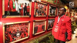 Kader PDI Perjuangan melihat pameran foto di lobi Inna Grand Bali Beach Hotel, Denpasar, (9/8/2019). Pameran foto bertema 'Kepemimpinan dan Kerakyatan Bersama PDI Perjuangan' menampilkan 25 foto terbaik perwarta foto yang menggambarkan kedekatan PDIP dengan masyarakat. (Liputan6.com/Johan Tallo)