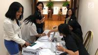 Warga negara Indonesia antre untuk registrasi mencocokkan paspor dan surat C6 saat pelaksanaan Pemilu 2019 di Washington, Amerika Serika, Minggu (14/4). Tercatat sekitar 924 pemilih mengunakan hak pilihnya di Wisma Nusantara Washington DC. (merdeka.com/Butet Luhcacdradini)