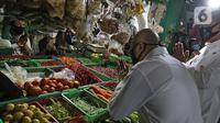 Menteri Koperasi dan UKM Teten Masduki menyapa pedagang saat mengunjungi Pasar Kranggan, Bekasi, Jawa Barat, Jumat (19/6/2020). Teten melakukan peninjauan lapangan terkait restrukturisasi pinjaman/pembiayaan LPDB-KUMKM kepada Koperasi Pasar Kranggan. (Liputan6.com/Herman Zakharia)