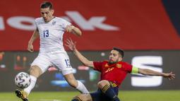 Bek Kosovo, Lirim Kastrati (kiri) berebut bola dengan bek Spanyol, Jordi Alba dalam laga lanjutan Kualifikasi Piala Dunia 2022 Zona Eropa Grup B di La Cartuja Stadium, Sevilla, Rabu (31/3/2021). Kosovo kalah 1-3 dari Spanyol. (AP/Miguel Angel Morenatti)